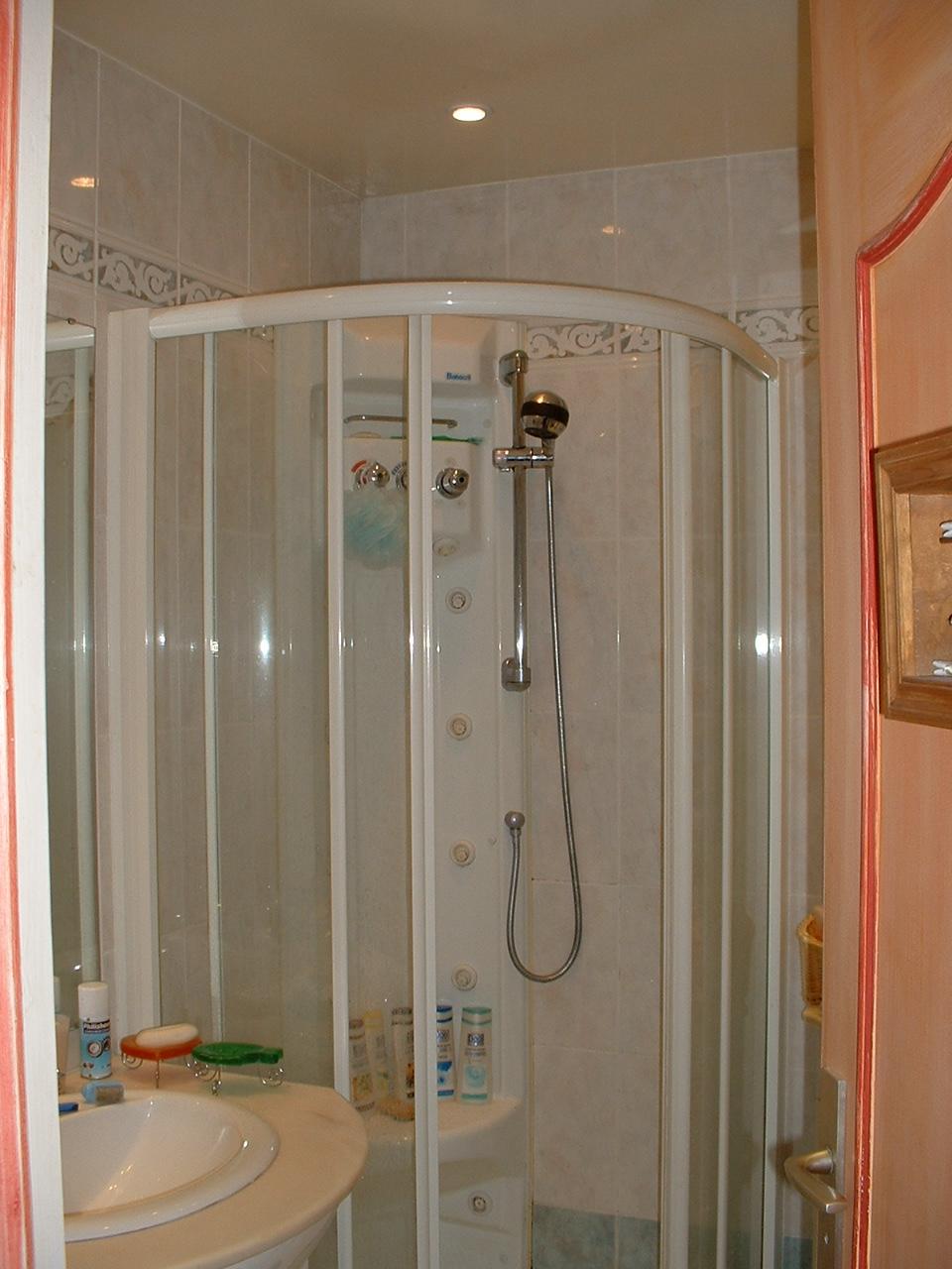 Douche dans chambre douche design kaldewei petite salle de bain hyper bien - Douche dans une chambre ...